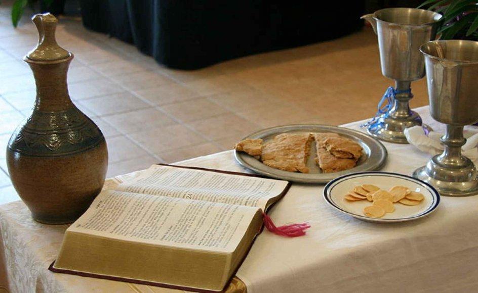 Traditionelt har altergangen delt gudstjenestemenigheden, så dåbsmenigheden på de forreste rækker så til, når de faste kirkegængere gik til alters. Det ser ud til at ændre sig i disse år.