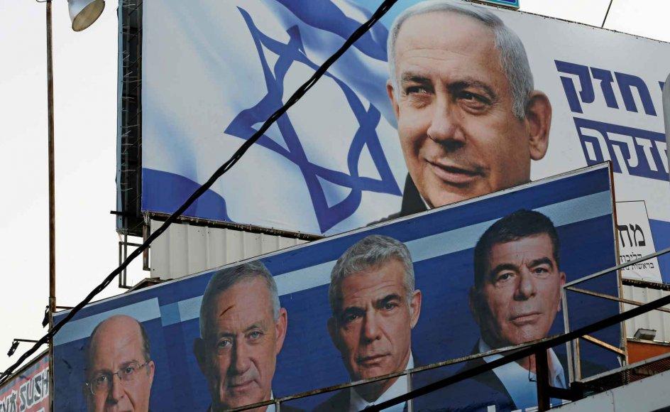 Det bliver enten Benjamin Netanyahu (øverst) eller Benny Gantz (nr. to fra venstre nederst) fra det nye parti Blå-Hvid, som skal danne den nye regering. Den tidligere forsvarschef Gantz går sammen med de ligeledes tidligere forsvarschefer Moshe Yaalon (yderst tv.) og Gaby Ashkenazi (yderst th) samt den tidligere finansminister Yair Lapid (nr. to fra højre) til valg på at vælte Netanyahu. –