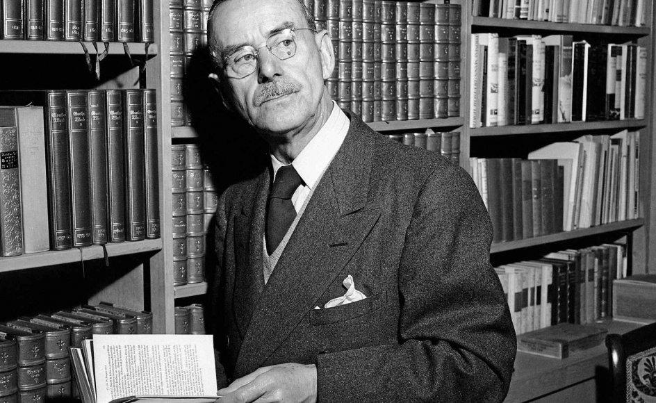 Thomas Mann er fra 1875 og blev født ind i en velhavende købmandsslægt i Lübeck. I 1929 modtog han Nobelprisen i litteratur, men forlod det nazistiske Tyskland i 1940 og slog sig ned i USA. Billedet her er taget i hans hjem i Santa Monica i Californien i 1945. Efter krigen vendte han tilbage til Europa igen, til Zürich, Schweiz, hvor han døde i 1955. –