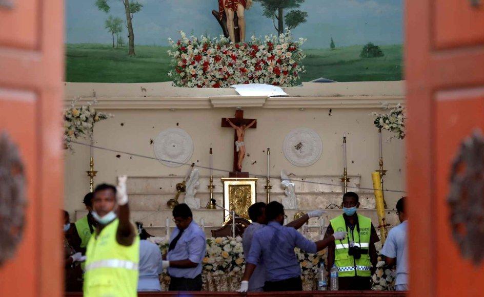 Kirkerne var stopfulde til påskegudstjenesten, da attentatbølgen begyndte klokken 8.45 med tre næsten samtidige bombesprængninger i kirkerne, den ene i hovedstaden Colombo og to andre i byerne Negombo og Batticaloa.