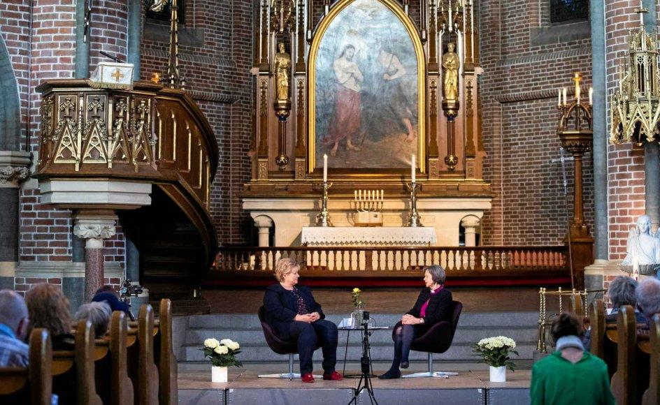 Treenighedskirken i Oslo dannede ramme om samtalen mellem Norges statsminister, Erna Solberg (tv.), og landets ledende biskop, Helga Haugland Byfuglien. –