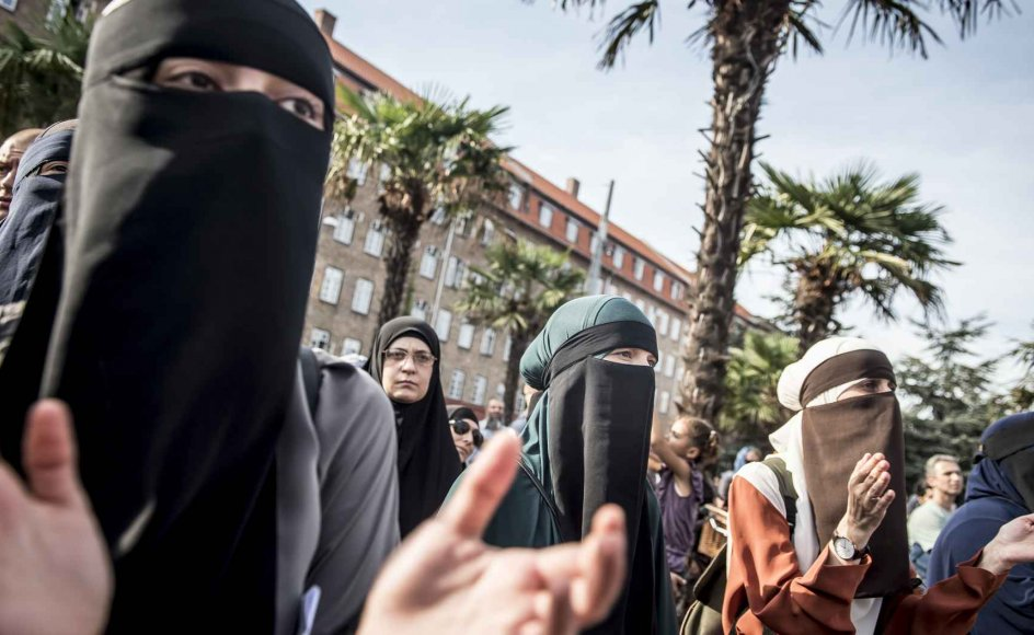 Demonstration imod tildækningsforbuddet ved Den Sorte Plads i København, onsdag den 1. august 2018.