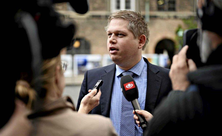 Rasmus Paludan bliver af Claus Bundgård Christensen, lektor i historie ved Roskilde Universitets Center og ekspert i nazisme, kaldt for en populistisk demagog. –