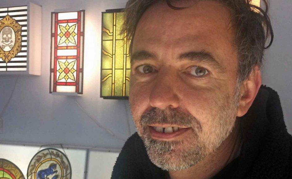 Den 45-årige Diego Tolomelli har udsmykket adskillige kirker og arbejder med sin glaskunst hjemme i studiet i Bolsena, som ligger cirka 130 kilometer nordvest for Rom. –