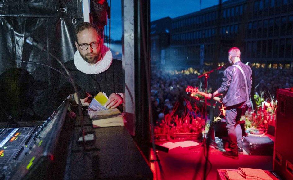 Over 4000 mennesker var til rock-gudstjeneste på Herning Torv fredag aften. Sognepræst Jens Moesgård Nielsen forbereder sig her bag sccenen, mens bassisten bag ham optræder foran den jublende folkemængde.