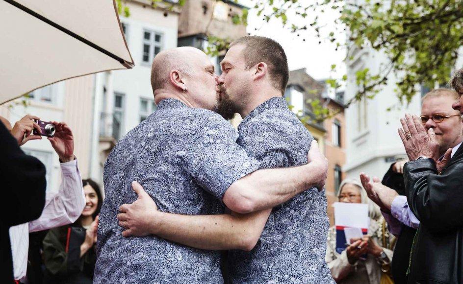 I 2012 fik homoseksuelle i Danmark mulighed for at blive viet i en kirke. Her vier overborgmester Frank Jensen et homoseksuelt par i forbindelse med Det Europæiske Melodi Grand Prix i 2014.