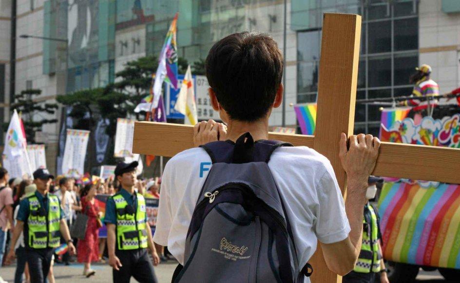 Titusinder af sydkoreanere deltog i begyndelsen af måneden i den årlige prideparade i Seouls gader, hvor de langs det meste af ruten bliver mødt af forskellige kristne protester. Tidligere har moddemonstranterne forsøgt at stoppe paraden ved fysisk at lægge sig foran optoget. –