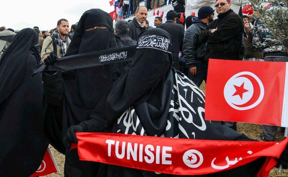 Tunesisk kvinde iført hovedbeklædningen niqab demonstrerer imod tildækningsforbuddet, der trådte i kraft 5. juli 2019. Forbuddet indføres af sikkerhedsgrunde, forklarer premierministeren. Tunesien følger dermed flere andre muslimske lande, der også har indført forbud.