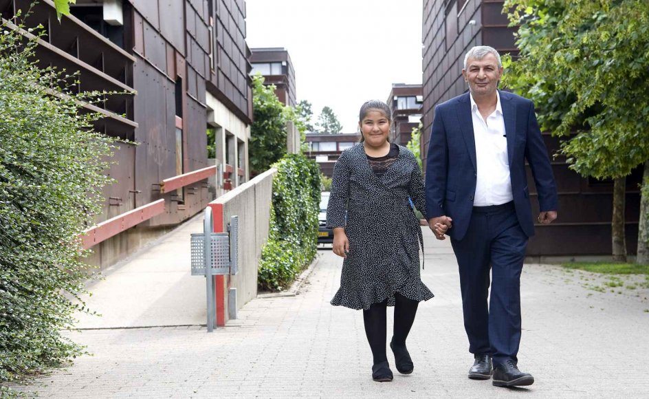 Battal Polat med datteren uden for hjemmet i Farum. De håber, at moderen kan komme til Danmark, efter at EU-Domstolen for to uger siden afsagde dom i en dansk sag om tyrkiske familiesammenføringer.
