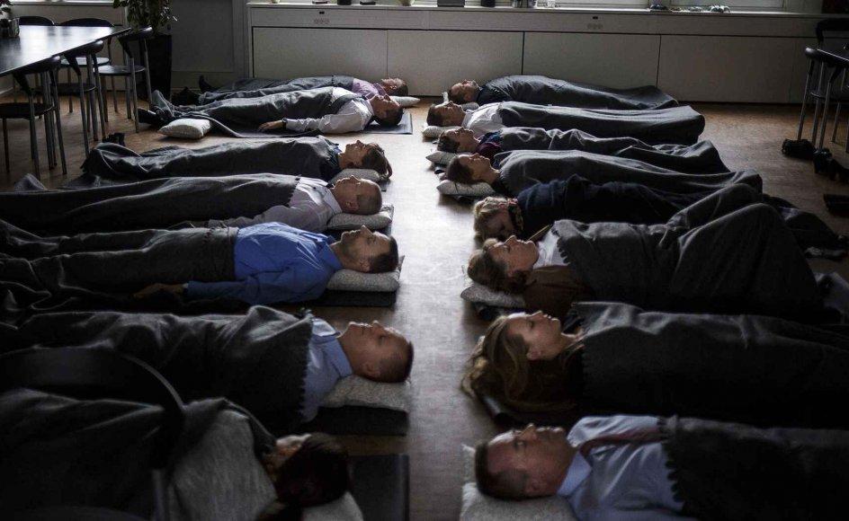 Flere af landets kommuner tilbyder borgerne kurser i at sove bedre om natten. Billedet er fra et søvnkursus i 2015 med mindfulness-instruktør Chris Norre.