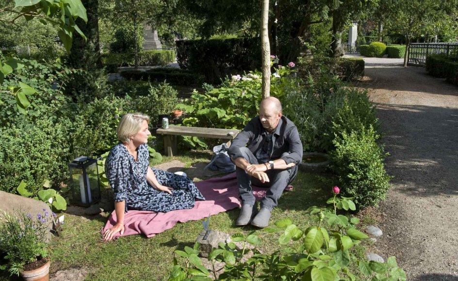 Trine Baadsgaard og Niels Boje Lund har indrettet deres afdøde søns gravsted som en have. Her brænder levende lys dag og nat året rundt for at byde venner og familie ind i haven, hvor de mindes, snakker og skåler med Mathias. –