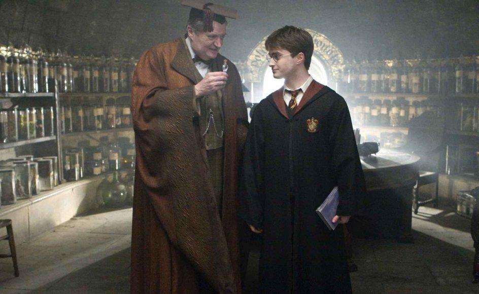 """Skuespillerne Jim Broadbent (til venstre) og Daniel Radcliffe, der spiller Harry Potter, i en scene fra filmen """"Harry Potter og Halvblodsprinsen""""."""