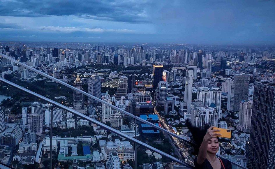 Bangkok tiltrækker flere internationale besøgende end nogen anden by i verden. Det viser årlig undersøgelse fra Mastercard. Her ses en turist tage en selfie med byen som baggrund.