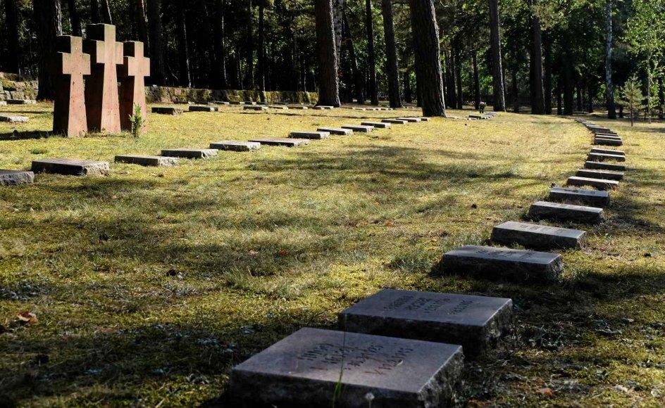De tre Golgata-kors står flere steder mellem gravstenene og skal minde den besøgende om, at døden ifølge den kristne tro ikke har det sidste ord. – Alle fotos: Tobias Stern Johansen.