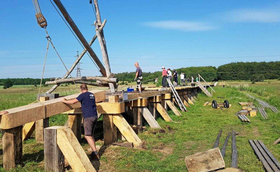 """Efter tre års hårdt arbejde står vikingebroen nu klar til benyttelse i Albertslund Kommune. Er man interesseret i at gå i vikingernes fodspor, kan man downloade museums-appen """"Useeum"""", hvor """"Vikingebro – vejen til vikingerne"""" kan hjælpe til guidede ture i området. –"""
