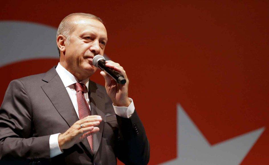 Den kontroversielle tyrkiske præsident Recep Tayyip Erdogan (billedet) er kendt for sin autoritære stil. Derfor er det kritisabelt, at danske VUC og HF-klasser besøgte moské, der er ejet af Erdogans religionsministerium og ifølge eksperter fungerer som præsidentens talerør.