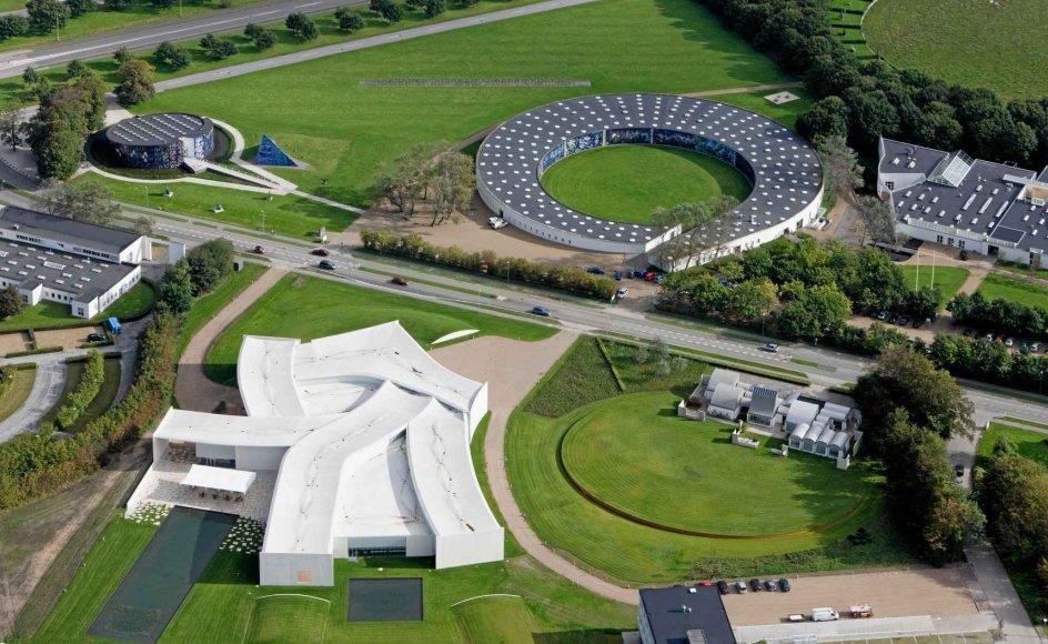Kunstmuseet Heart i Herning kan nu fejre 10-årsjubilæum. Her ses museet fra oven. Med lidt god vilje ligner museet en foldet hvid skjorte. –