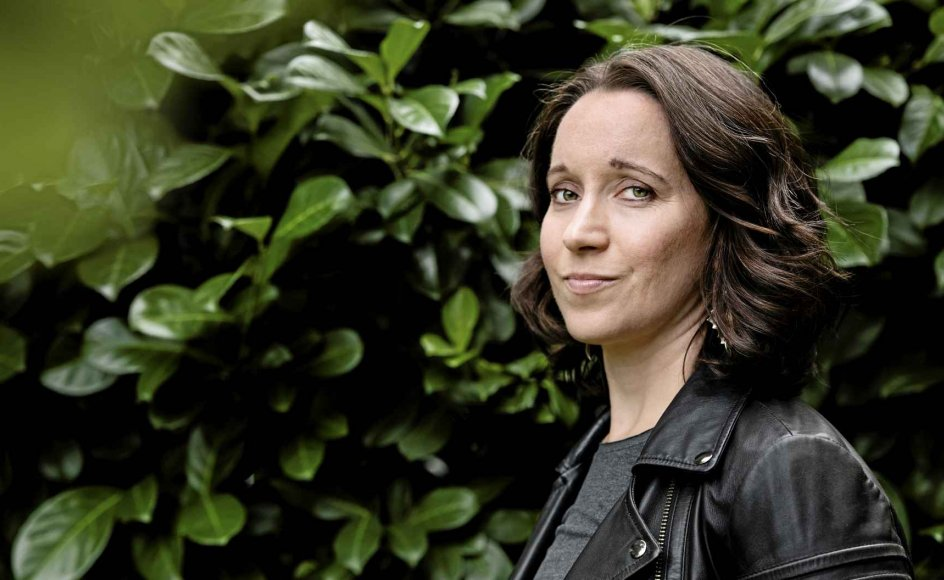 """Maja Lucas har tidligere behandlet moderskab som tematik i romanen """"Mor"""", og hun tegner også et billede af en dysfunktionel mor i sin nye roman """"Gennem natten og vinden"""". –"""