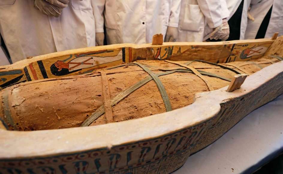 De nyfundne mumier ligger i nogle exceptionelt velbevarede trækister, der er overdådigt udsmykket og bemalet med hieroglyffer. –