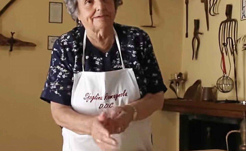 93-årige Lucia behøver ikke at se på sine hænder, når hun ruller sine strozzapreti. – Skærmbillede fra YouTube.