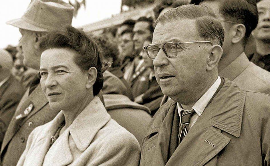 """Den franske forfatter og filosof Simone de Beauvoir inspirerede mange feminister med sit værk """"Det andet køn"""". Et af de udtryk, der blev særligt kendte fra bogen var sætningen: """"Man fødes ikke som kvinde, man bliver det"""". Her ses hun som 47-årig.– Foto: Handout/Wikipedia."""