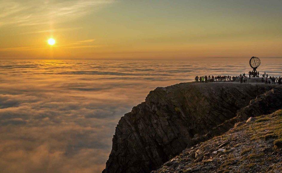 På rejsen er der store naturoplevelser i vente, herunder udsigt til midnatssol fra Nordkapklippen. – Foto: Felix Rejser.