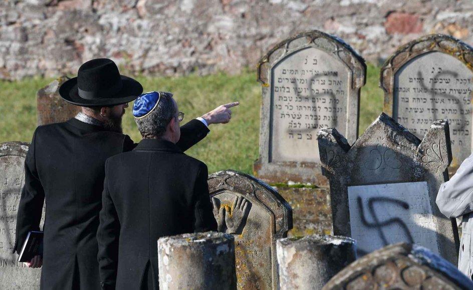 Jøder har de senere år har været vidne til adskillige antisemitiske hændelser, senest da over 100 jødiske gravsten i Strasbourg i denne uge blev overmalet med hagekors, som ses på billedet.