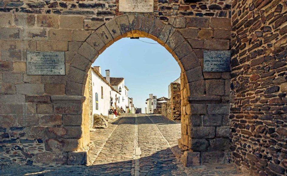 På denne rejse til det unikke område mellem Lissabon og Algarve opleves det oprindelige Portugal med både Unesco-mærkede bydele og klostre, traditionel sang, olivengårde og smukke vinhuse. –