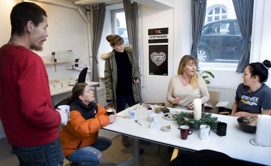 """""""Man skal brænde for det,"""" siger Anja Plesner Bloch (siddende med lyst hår), der er initiativtager og leder af foreningen Brugernes Akademi. Hun er her sammen med medarbejderen Mirtzi Godske (th.) og Johnny, Dorte (på hug)og Christine (stående), der er frivillige i lokalerne på Vesterbro i København. – Foto: Leif Tuxen."""