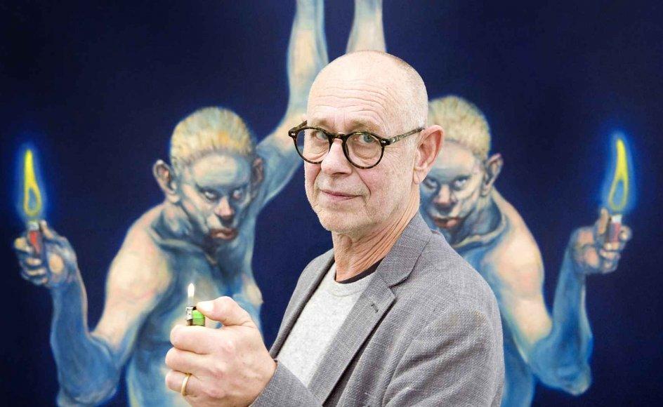 """Det er slut med den høje cigarføring for den hvide mand, som ikke længere kan tage patent på at oplyse verden, mener maleren Michael Kvium. I stedet ironiserer han over synet på den hvide mand på udstillingen """"Pale Male Tales"""" – blandt andet i værket """"Enlightenment"""", hvor to hvide mænd med tomme blikke sammen løfter en flad jordklode, hvor der kun er plads til Danmark, mens de med den frie hånd løfter hver sin tændte lighter - måske for at oplyse verden. – Foto: Leif Tux"""