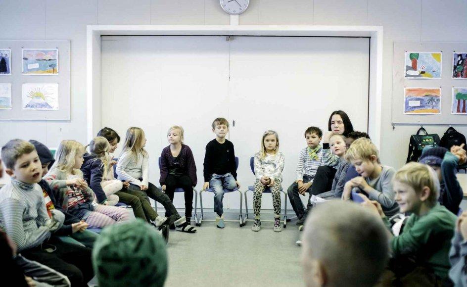 Hans Jørgen Hansen, daglig leder af Foreningen af Kristne Friskoler, undrer sig over, at styrelsen kun har vurderet, at det er det konservative seksualmateriale, eleverne skal forholde sig kritisk til. Genrebillede af skoleklasse.