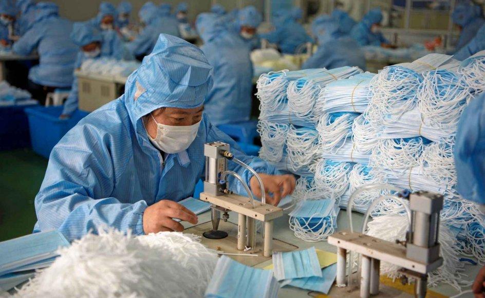 Mange kinesiske fabrikker er lukket, mens andre har ændret deres produktion for at imødekomme nye behov i coronavirus-krisen. Efterspørgslen efter beskyttelsesmasker er således eksploderet, og derfor har de travlt på denne fabrik i Nantong i Jiangsu-provinsen. – Foto: China Daily/Reuters/Ritzau Scanpix.