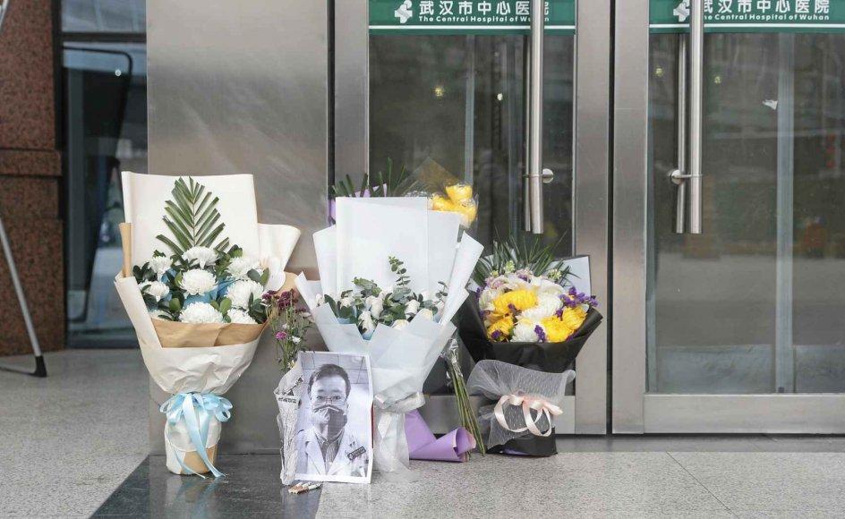 Halvanden uge efter lægens død bliver der stadig lagt blomster til minde om Li Wenliang foran hans arbejdsplads, Wuhan Central Hospital i Wuhan i den kinesiske Hubei-provins, hvor flere end 58.000 mennesker nu er smittet med coronavirus. – Foto: YFC/Costfoto/Sipa USA/Ritzau Scanpix.