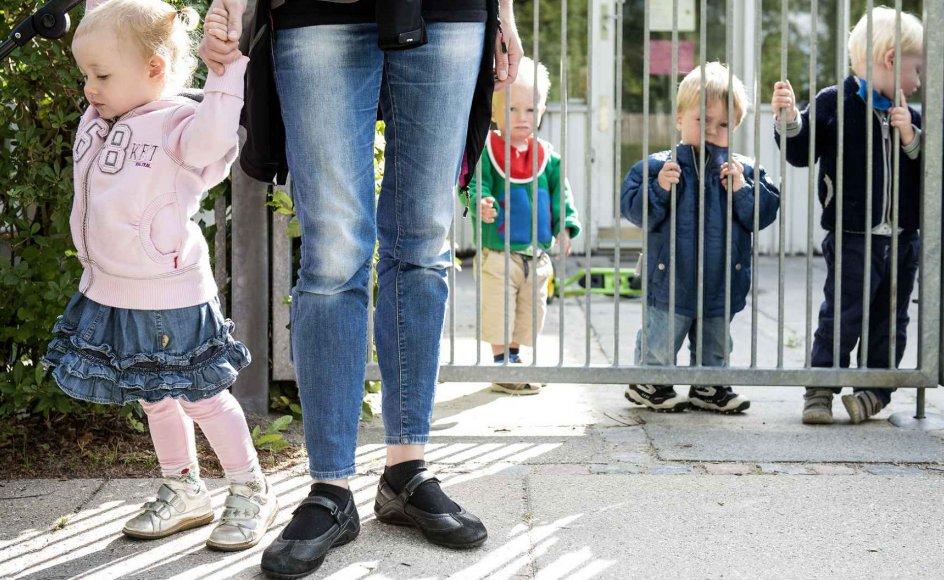 Der er intet i psykologien, som antyder, at adskillelsen mellem forældre og små børn er sund. Faktisk peger alt i den stik modsatte retning, skriver en hjemmegående mor.