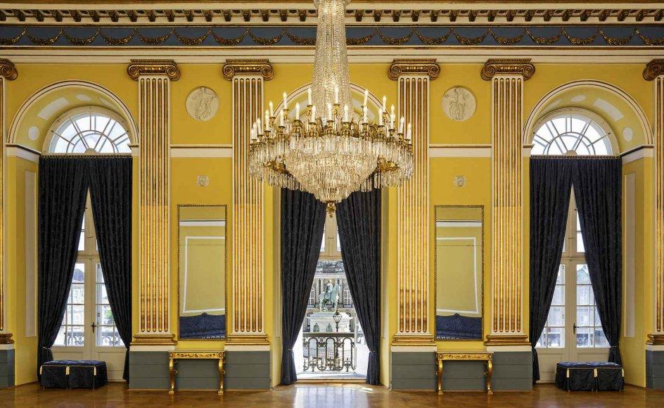 Abildgaard var helt sin egen, og nok var han klassicist, men han genbrugte dog også dele af rokokoens udsmykninger, han benyttede tapeter og pigmenter, som egentlig var blevet umoderne i hans tid. Alt dette kommer man omkring i den smukke bog. Her ses gallasalen i arveprinsens palæ på Amalienborg, hovedværket i Nicolai Abildgaards restaurering, som blev foretaget efter branden i 1794. – Foto: Peter Nørby/Kongernes Samling.