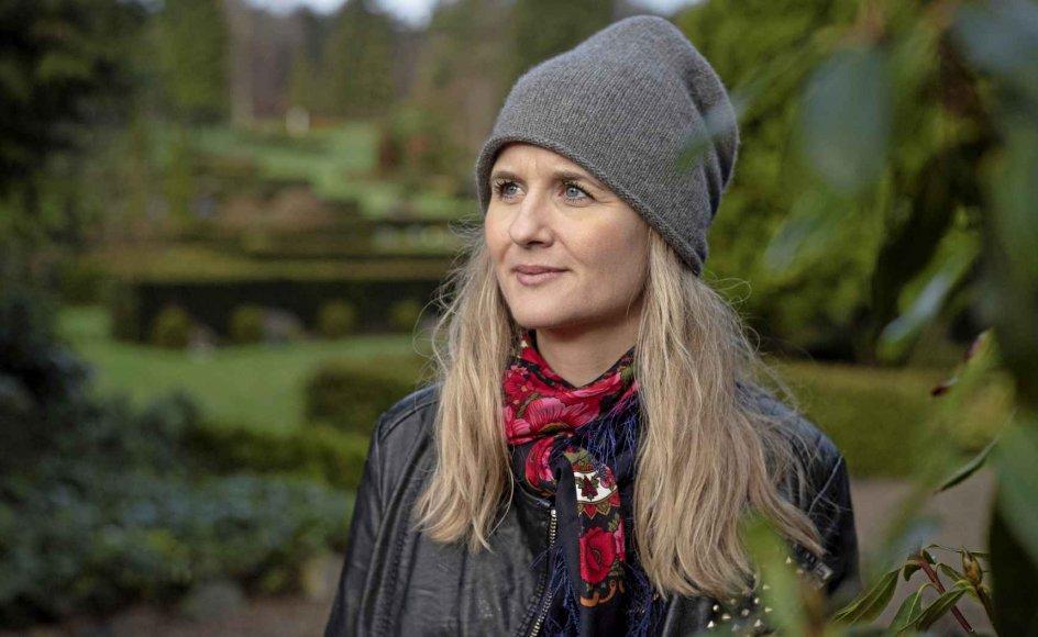"""""""På en kirkegård er det, som om de store spørgsmål automatisk rejser sig: Hvad har du egentlig så travlt med? Hvad bruger du din tid på? For her står det mejslet i sten, at det slutter på et tidspunkt,"""" siger sangskriveren Marianne Søgaard. der her ses på Vestre Kirkegård i Silkeborg. – Foto: Bo Amstrup/Ritzau Scanpix."""