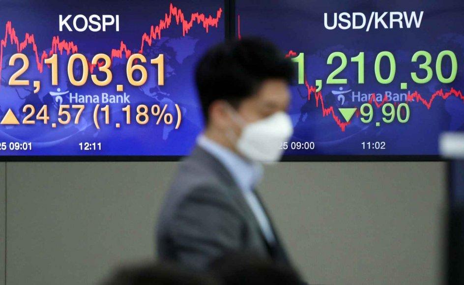 """""""Der er en del af det, der bliver tabt under sådan en virus, som ikke kan vindes tilbage. Det er typisk inden for servicesektoren. Mange rejser, arrangementer, restaurations- og teaterbesøg, sportsbegivenheder og så videre bliver aflyst. Alt det kommer ikke altid tilbage,"""" fortæller ekspert. På billedet ses en aktiehandler på den koreanske børs KOSPI."""