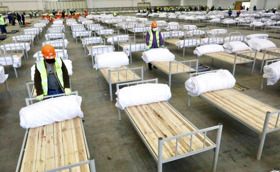 Medarbejdere gør klar til at tage imod coronaramte patienter i Wuhan, Kina. Billede fra februar 2020.