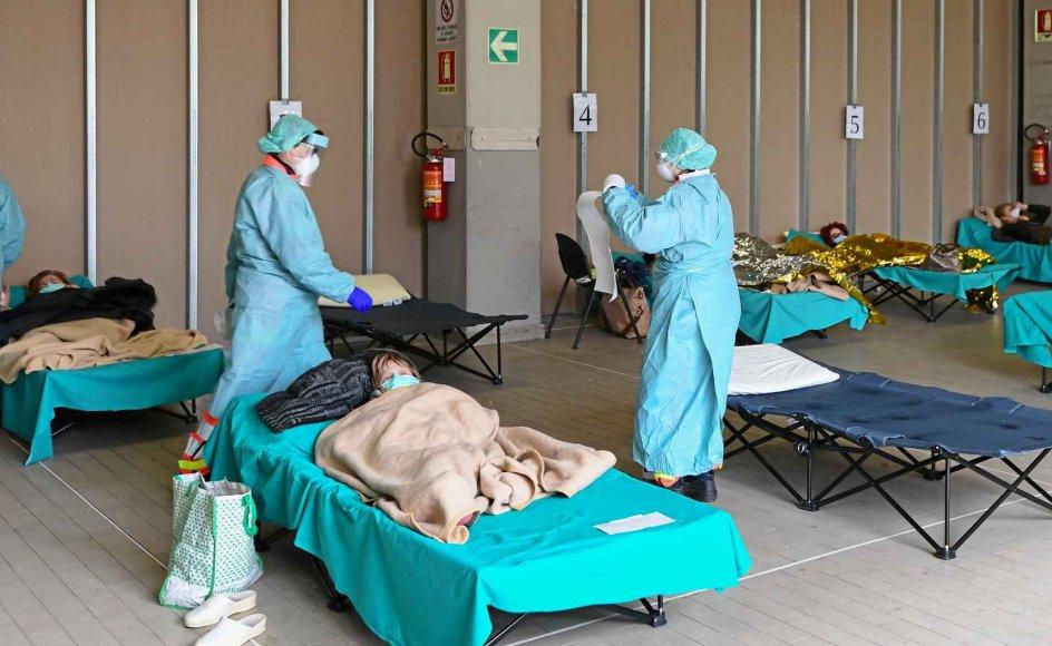 I Brescia i Italien testes potentielt coronasmittede i en midlertidig bygning ved byens hospital. Den italienske regering har erklæret hele landet for en beskyttet zone og begrænset den fri bevægelighed, herunder rejser til og fra Italien. – Foto: Miguel Medina/AFP/Ritzau Scanpix.