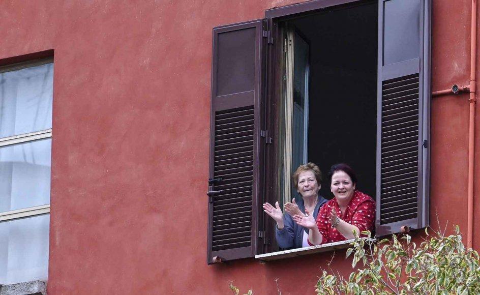 Et dansk tiltag opfordrer danskere til at klappe og synge for at finde sammenhold og vise solidaritet med dem, der er alene hjemme eller arbejderfor at holde Danmark kørende i øjeblikket. Initiativet er inspireret af lignende tiltag i Italien, som her på billedet.