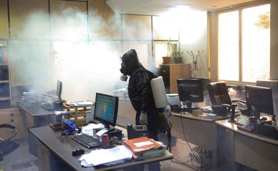 Det står slemt til i Iran. Foruden en kritisk coronasituation styrtdykker oliepriserne, og turismen, der normalt indbringer Iran en del udenlandsk valuta, er ophørt. På billedet er det en brandmand, der desinficerer et kontor i hovedstaden Teheran.