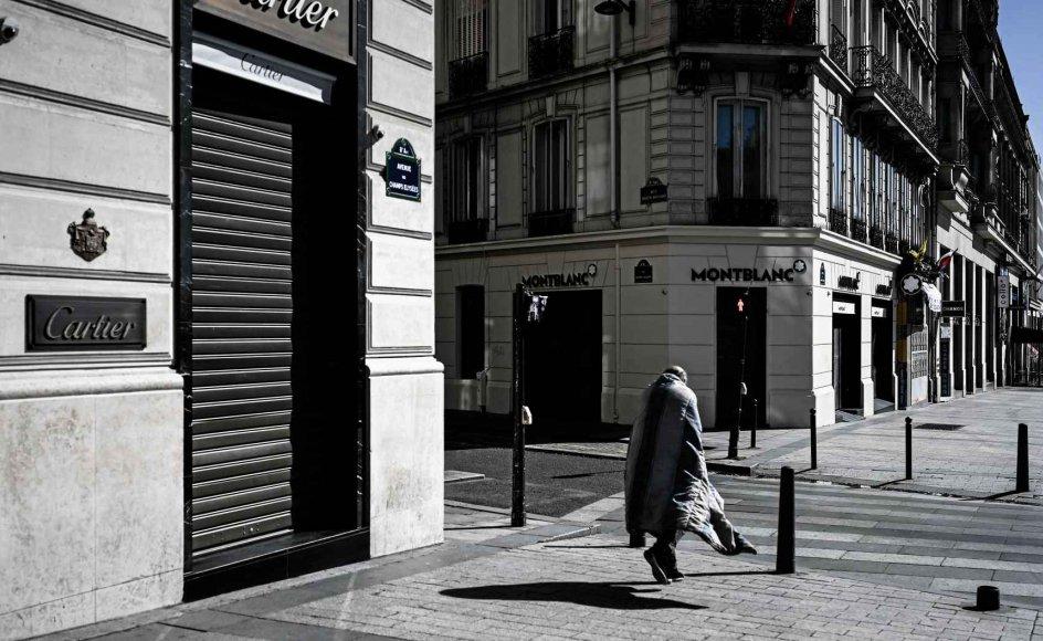 Psykisk sårbare personer over hele verden er særligt udsatte under coronapandemien, mener norske Hanne Amanda Trangerud. Her ses en fransk hjemløs alene foran de lukkede luksusbutikker på Paris' berømte boulevard Champs-Élysées, mens der er indført udgangsforbud i den franske hovedstad. – Foto: Philippe Lopez/AFP/Ritzau Scanpix.