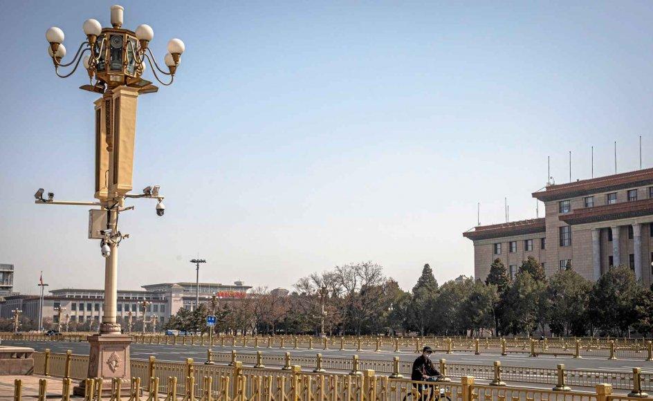 På billedet ses overvågningskameraer i Beijing. Autoritære samfund som Kina har succes med at bekæmpe epidemien, skriver Jørgen Carlsen. – Foto: Roman Pilipey/EPA/Ritzau Scanpix.