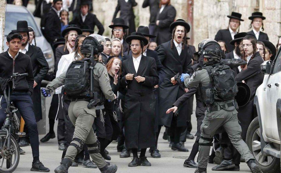 Israelsk politi har haft sammenstød med ultraortodokse jøder, der ikke følger myndighedernes regler om at holde afstand til hinanden.