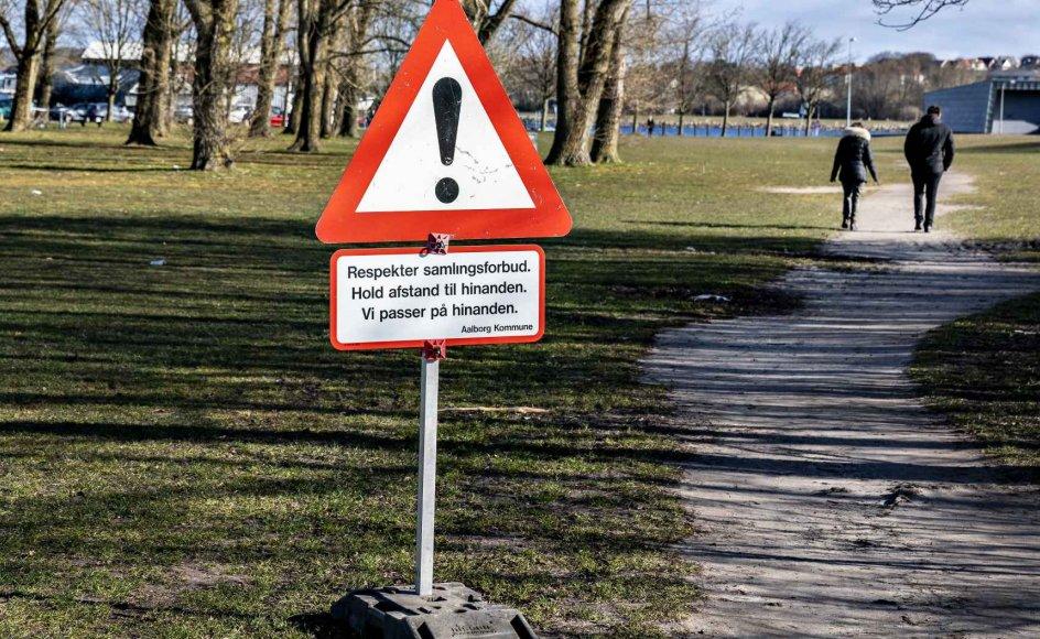 """""""Der er mere hos menneskene at beundre end foragte,"""" siger dr. Rieux i romanen """"Pesten"""". Det er noget at tage med sig i tider som denne, mener forfatter Jan Kjærstad. Her ses advarselsskilt ved en park i Aalborg."""