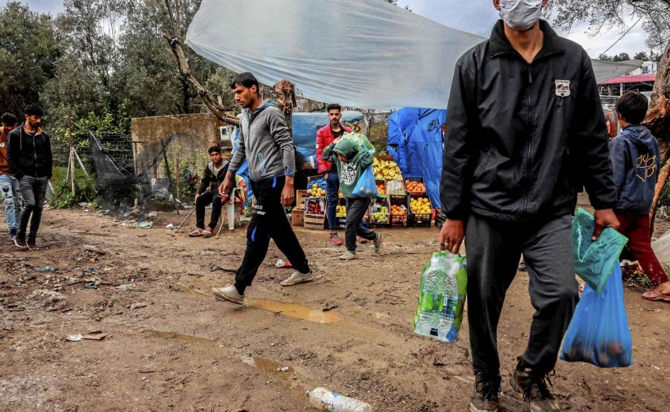 For hver gang jeg i karantænen har haft ondt af mig selv, har jeg haft en gruppe i tankerne. På dag et huskede jeg de statsløse, på dag to var mennesker på flugt i mine tanker, skriver psykolog Marie Brixtofte. Her ses Moria-flygtningelejren i Grækenland. – Foto: Manolis Lagoutaris/AFP/Ritzau Scanpix.