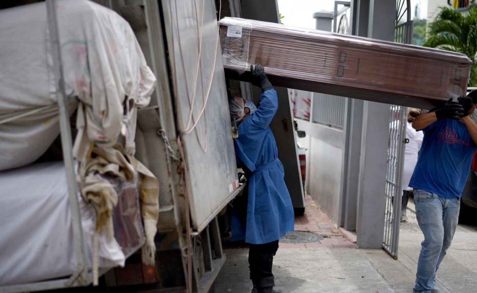 Der kan ifølge forskere komme værre og mere dødelige pandemier, hvis ikke vi ændrer adfærd. Her ses arbejdere i Ecuador i gang med at stable kister med døde i lastbiler.