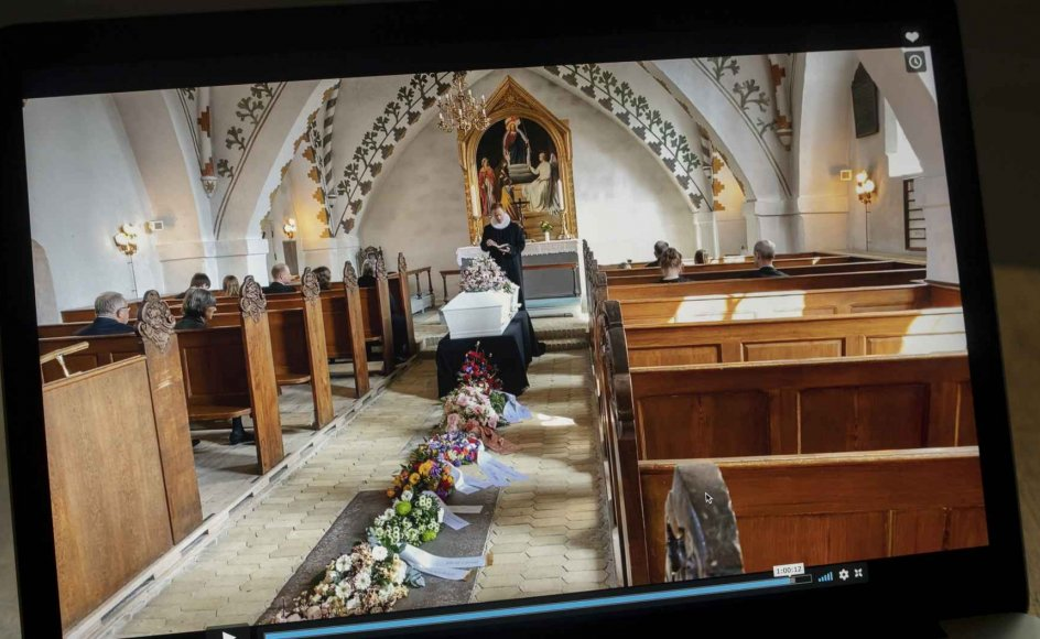 Mange i Anna-Marie Møllers bekendtskabskreds måtte deltage i hendes bisættelse via direkte video på nettet. Sådan så det ud. – Foto: Julie Melhede Kristensen.