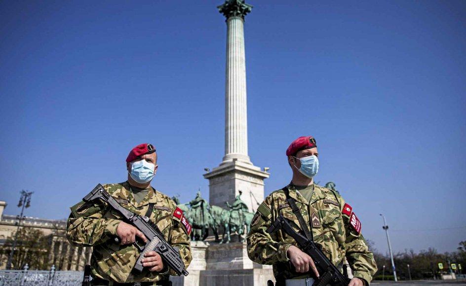 I Ungarn har parlamentet under coronakrisen givet regeringschef Viktor Orbán mulighed for at regere pr. dekret og forlænge undtagelsestilstanden, der blev indført den 11. marts, på ubestemt tid. Her ses militær-politi patruljere i sidste måned på den forladte Helteplads i hovedstaden, Budapest. – Foto: Arpad Kurucz/Anadolu Agency/Abaca/Ritzau Scanpix.