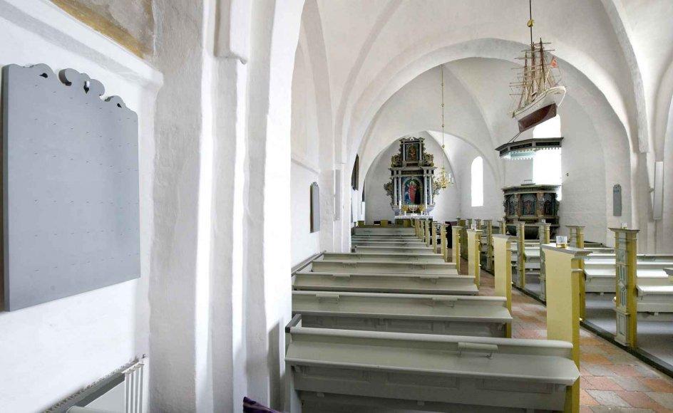 """""""For langt de fleste kirker bliver det ikke en tilbagevenden til normale tilstande, men til gudtjeneste med særlige spilleregler. I små middelalderkirker med smalle indgangspartier eller meget små kirkerum vil der være store udfordringer,"""" siger Peter Birch, formand for Provsteforeningen"""